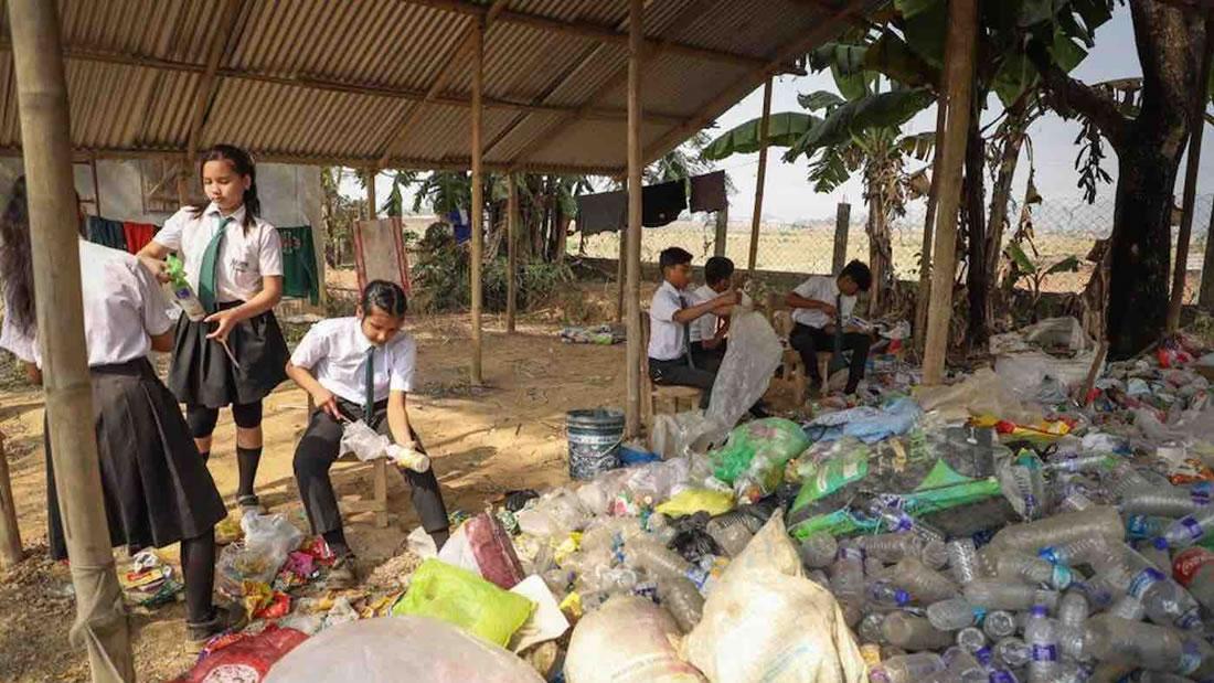 Pequeña escuela cobra la matrícula con residuos plásticos en lugar de dinero