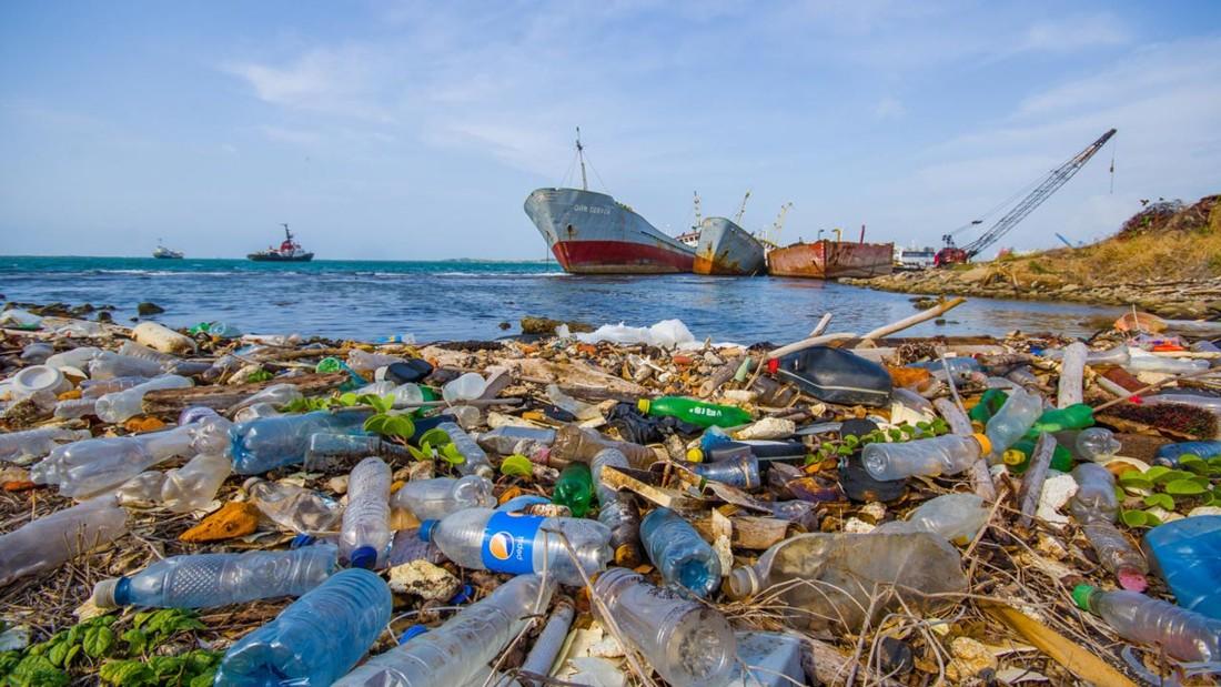 Descubren método para convertir la basura plástica del océano en electricidad