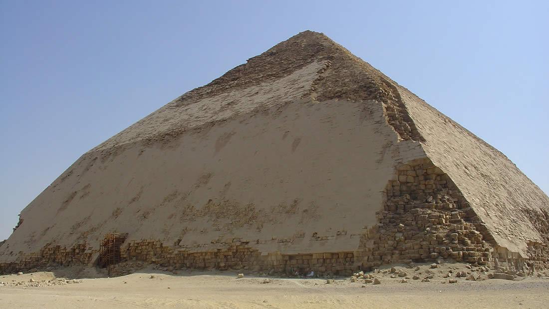 Egipto está abriendo su antigua pirámide «doblada» y dejando que la gente entre en sus cámaras