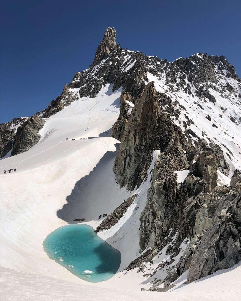Un excursionista encontró este hermoso lago en los Alpes. Solo hay un pequeño problema