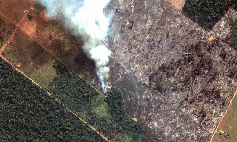 Una imagen satelital muestra humo saliendo de incendios forestales en el estado de Rondônia, Brasil