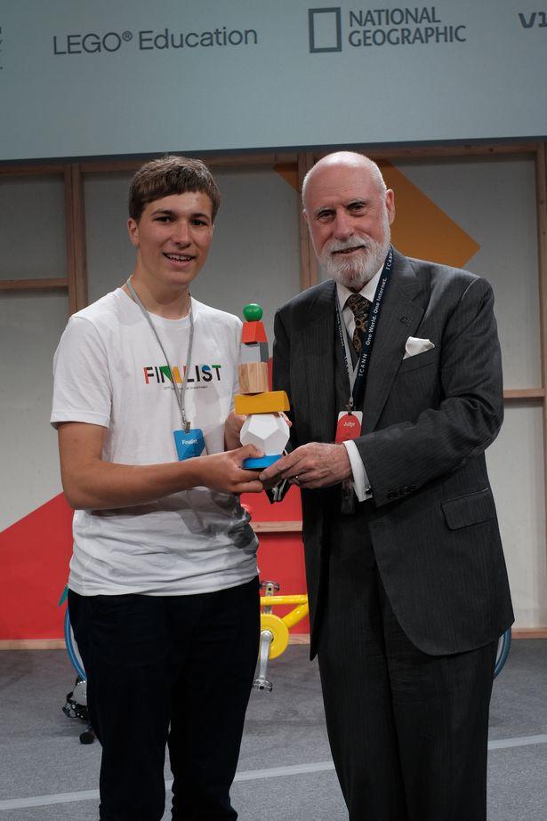Joven crea un dispositivo que retira los microplásticos del agua y gana premio mundial de ciencia