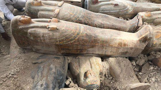 Hallan 20 sarcófagos coloridos y bien conservados en antigua necrópolis egipcia