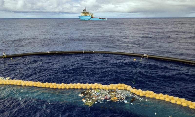 El sistema del proyecto Ocean Cleanup retiene el plástico frente a una línea de corcho extendida