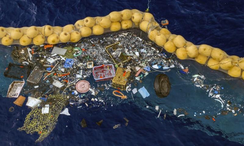 Los desechos que varían en tamaño, desde una red desechada y una rueda de automóvil hasta pequeñas virutas de plástico