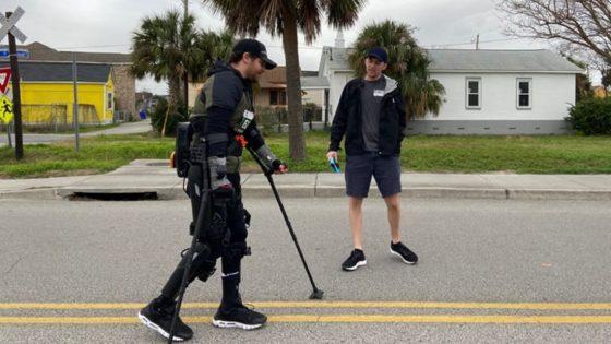 Hombre paralítico corre maratón con exoesqueleto robótico