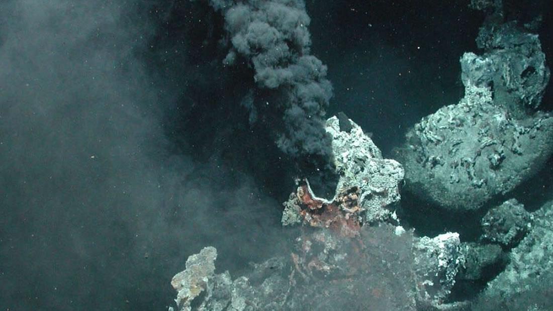 Una ciudad submarina de chimeneas geotérmicas descubiertas en la costa de los EE.UU.