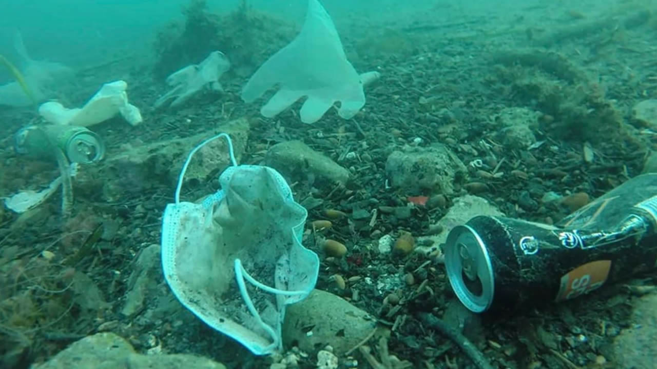 Nueva contaminación inunda el planeta: 194 mil millones de máscarillas y guantes usados mensualmente