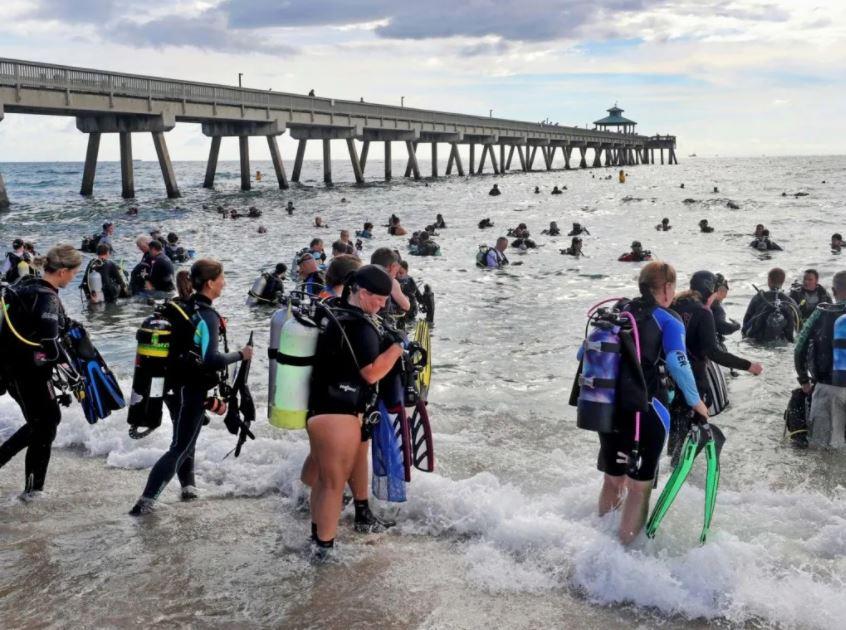 Buzos limpian una playa de Florida y recolectan cientos de kilogramos de basura