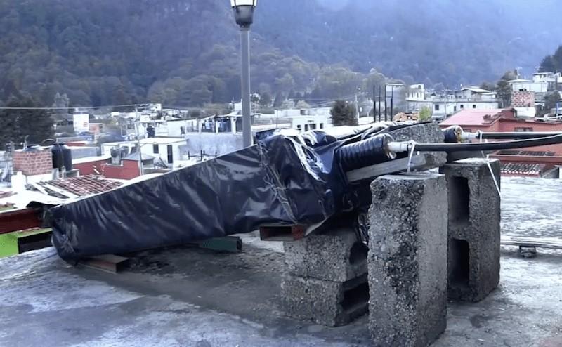 El invento del calentador de agua de Xóchitl Guadalupe Cruz López, Warm Bath, usado en el techo de la casa de su familia en Chiapas, México